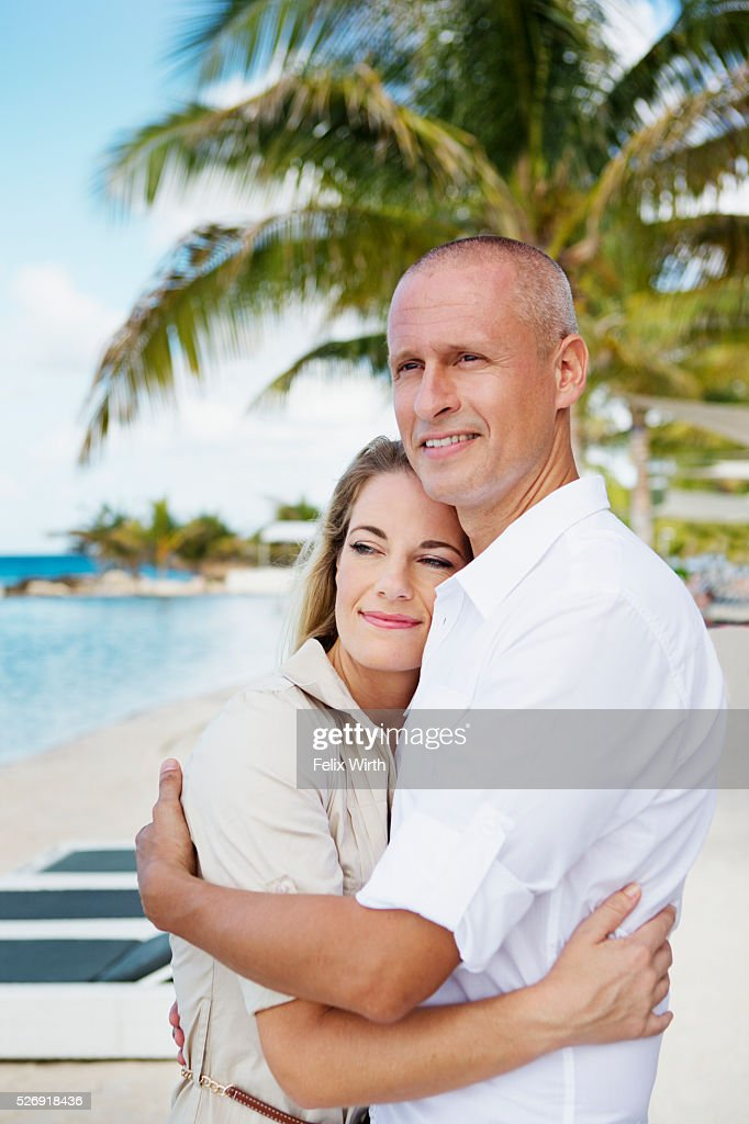 Portrait of happy couple embracing on beach : Stock-Foto