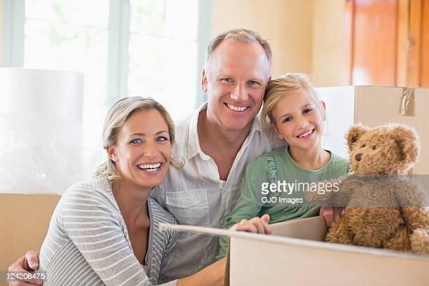 Portrait de famille heureuse de sa nouvelle maison