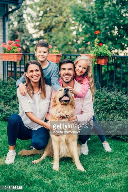 porträtt av lycklig familj med sin hund. - four people bildbanksfoton och bilder