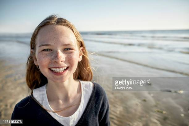 portrait of happy girl on the beach - linda oliver fotografías e imágenes de stock