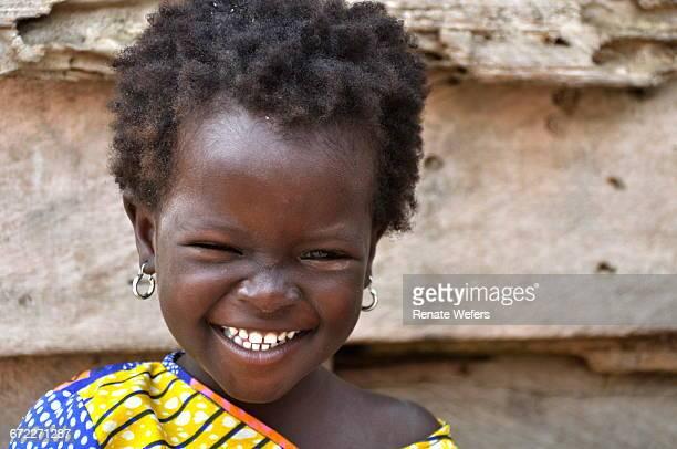 portrait of happy girl - ghana africa fotografías e imágenes de stock