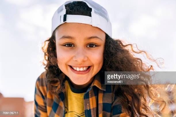 portrait of happy girl wearing baseball cap - 8 9 jahre stock-fotos und bilder