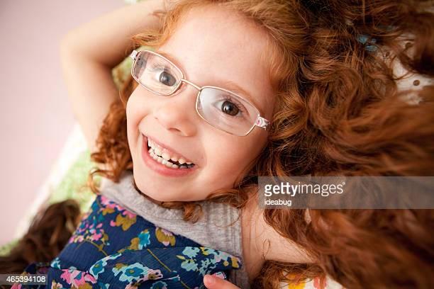 Porträt von glücklichen Mädchen mit Brille und lockiges Rotes Haar