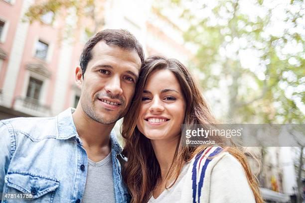 Porträt von glücklich hispanische paar (Barcelona, Spanien).