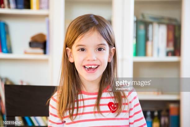 portrait of happy little girl at home - 6 7 jahre stock-fotos und bilder