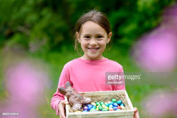 portrait of happy little girl holding easter nest - alleen één meisje stockfoto's en -beelden