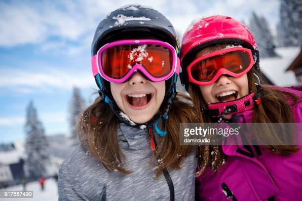 Portrait de joyeux petits skieurs en vacances d'hiver