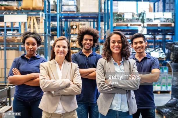 porträt eines glücklichen logistikteams - fünf personen stock-fotos und bilder