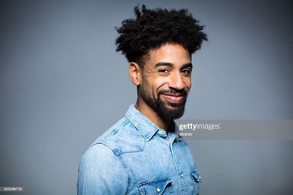 Portret van gelukkig Man tegen een grijze achtergrond : Stockfoto