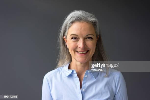 portrait of happy mature businesswoman - graues haar stock-fotos und bilder
