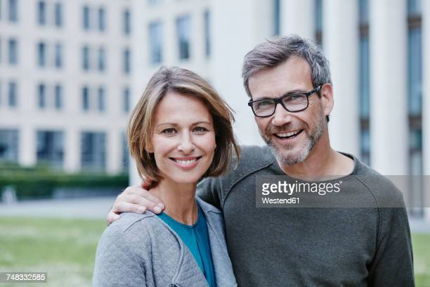 portrait of happy mature couple outdoors - 45 49 ans photos et images de collection