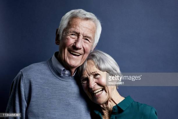 portrait of happy senior couple - heteroseksueel koppel stockfoto's en -beelden