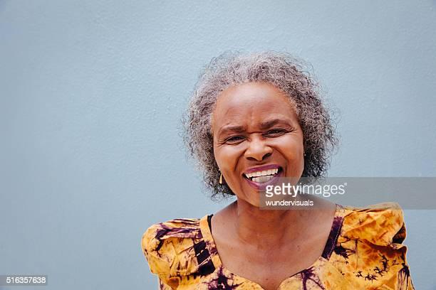 Portrait de femme âgée heureuse