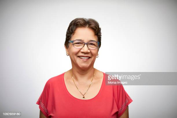 portrait of happy senior woman wearing eyeglasses - lateinamerikaner oder hispanic stock-fotos und bilder