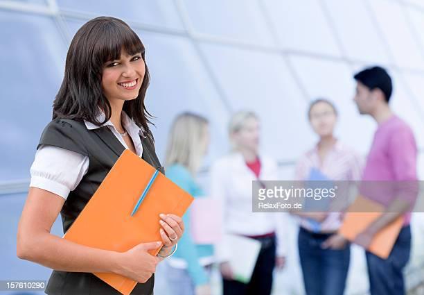 Portrait de jeune femme souriante heureuse avec Groupe d'étudiants (XL