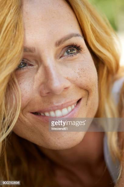 portrait of happy strawberry blonde woman with freckles - beleza natural natureza - fotografias e filmes do acervo