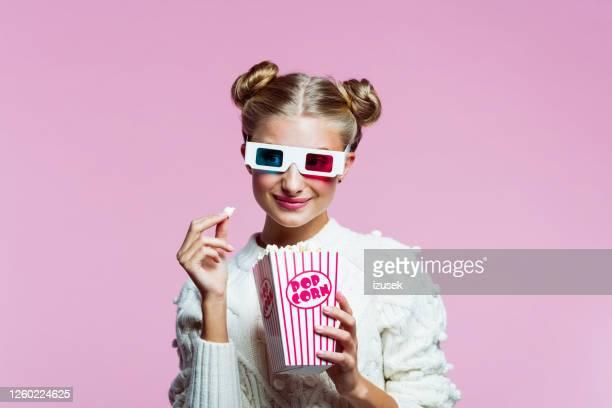 retrato de garota adolescente feliz assistindo filme 3d - izusek - fotografias e filmes do acervo