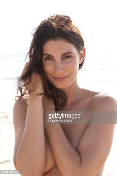portrait of happy topless woman in desert - oben ohne frau stock-fotos und bilder