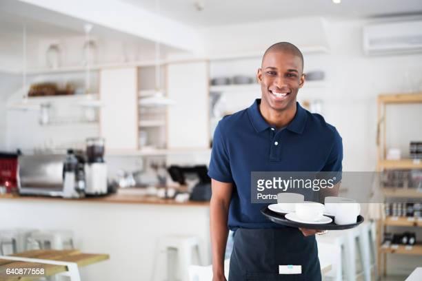 retrato de garçom feliz com copos de café na bandeja - careca - fotografias e filmes do acervo
