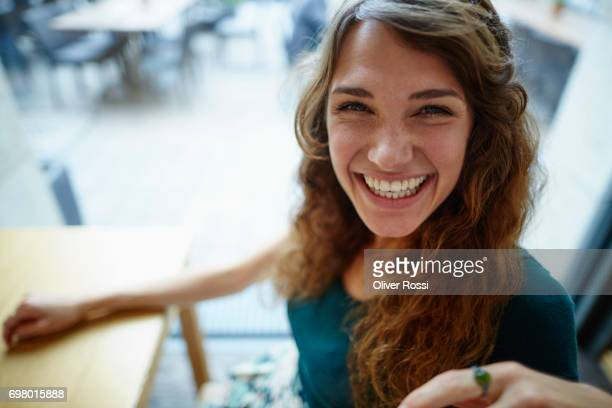 portrait of happy woman - stralende lach stockfoto's en -beelden