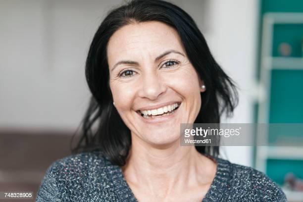 portrait of happy woman - 40 44 jahre stock-fotos und bilder