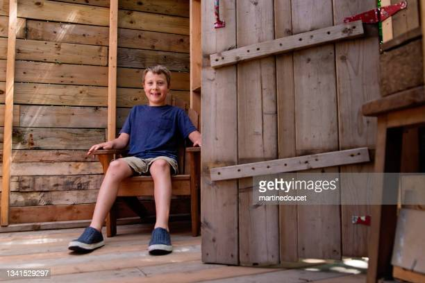 """portrait of happy young boy in tree house in summer. - """"martine doucet"""" or martinedoucet stock pictures, royalty-free photos & images"""
