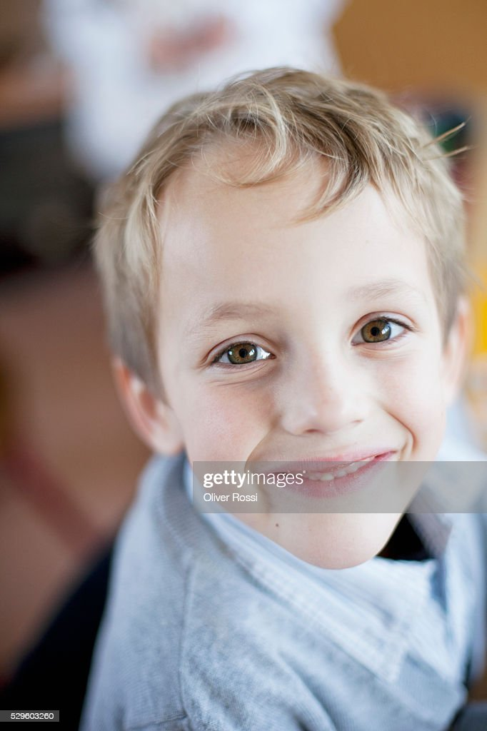 Portrait of happy young boy (6-7) : Stockfoto