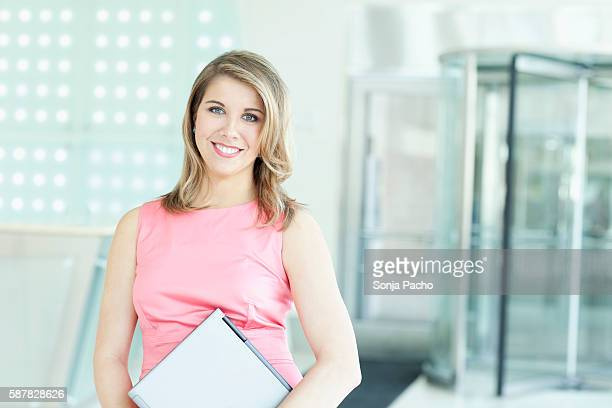 portrait of happy young businesswoman - zur seite gekämmt stock-fotos und bilder