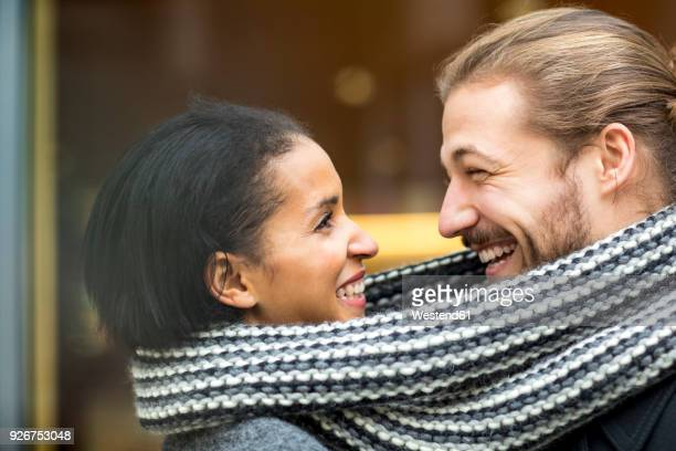 portrait of happy young couple sharing scarf - echarpe - fotografias e filmes do acervo