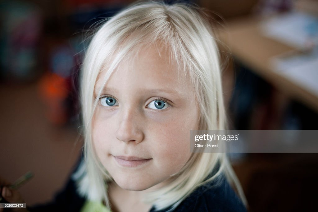 Portrait of happy young girl (8-9) : Stockfoto