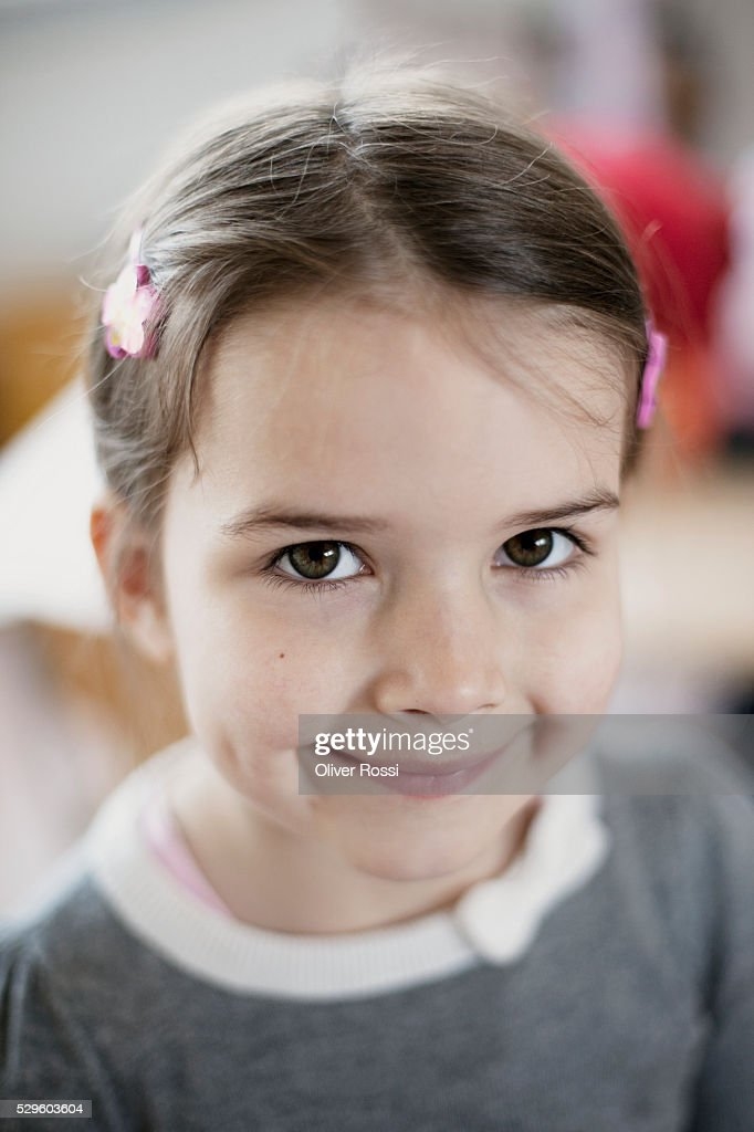 Portrait of happy young girl (6-7) : Stockfoto
