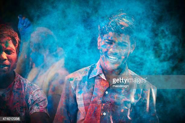 幸せな若いインドのポートレートを祝う男性のホーリー祭、インド