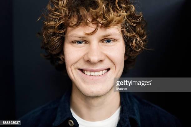 portrait of happy young man against gray background - 18 19 ans photos et images de collection