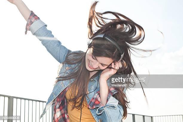 portrait of happy young woman listening music with headphones - solo una donna giovane foto e immagini stock