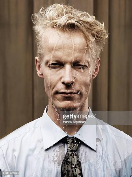 portrait of heavily sweating businessman - mouillé photos et images de collection