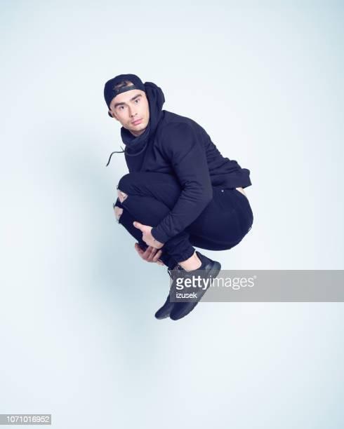 retrato da cara do hip-hop saltar no ar - rapper - fotografias e filmes do acervo