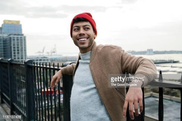 portrait of hipster man wearing red knit hat - bonnet de laine photos et images de collection