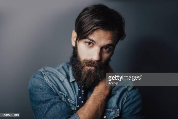 retrato de hipster com uma mão no ombro oposto - barba - fotografias e filmes do acervo