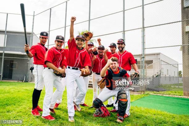 成功を祝うヒスパニック野球チームメイトの肖像画 - 高校野球 ストックフォトと画像