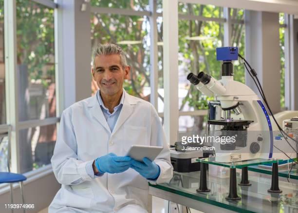 retrato del patólogo hispano masculino en el laboratorio argentino - laboratorio clinico fotografías e imágenes de stock