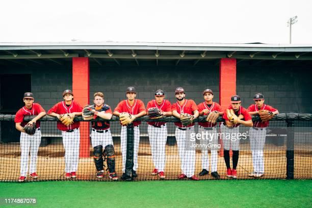 ヒスパニック系9人の野球チームの肖像画が並んでプレー - 野球チーム ストックフォトと画像