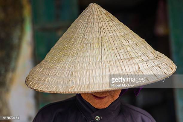 portrait of hoi an lady wearing non la - vietnamese cultuur stockfoto's en -beelden