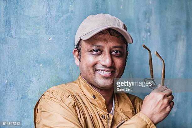 portrait of indian man smiling - handsome pakistani men fotografías e imágenes de stock