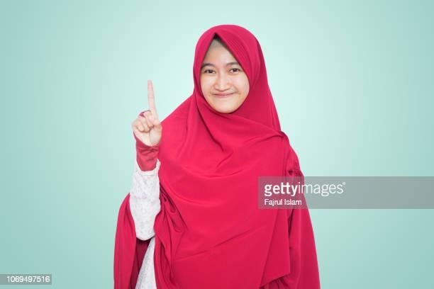 portrait of indonesian muslim girl - alleen tieners stockfoto's en -beelden