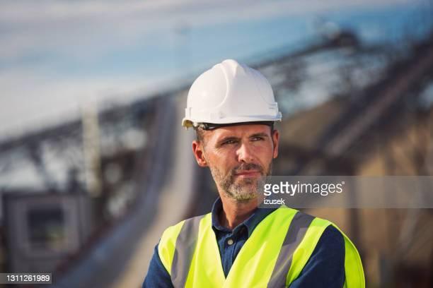 retrato del inspector en la mina a cielo abierto - izusek fotografías e imágenes de stock