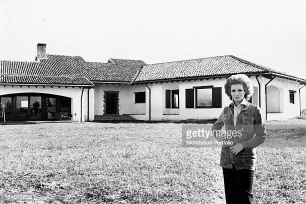 Portrait of Italian singer and TV presenter Iva Zanicchi in front of her villa Lesmo 1970s