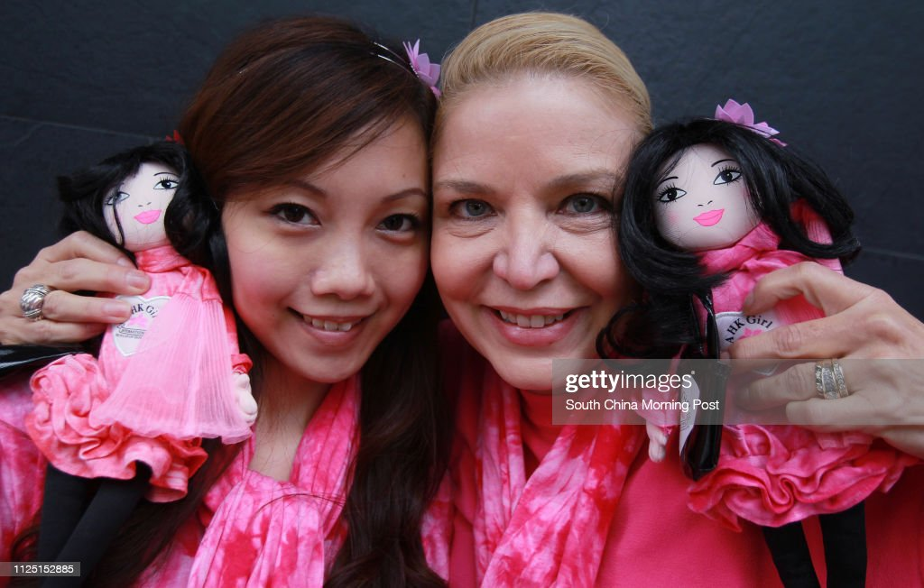 """Portrait of Jacqueline Nielson (right), posing with her """"A HK Girl"""" doll and Jessica Yeung Yin-sum, whom the doll was modelled from. 15FEB11 : ニュース写真"""