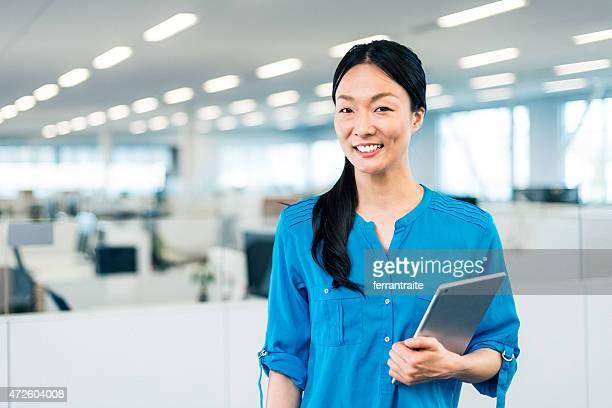 日本のビジネス女性のポートレートで現代的なオフィス