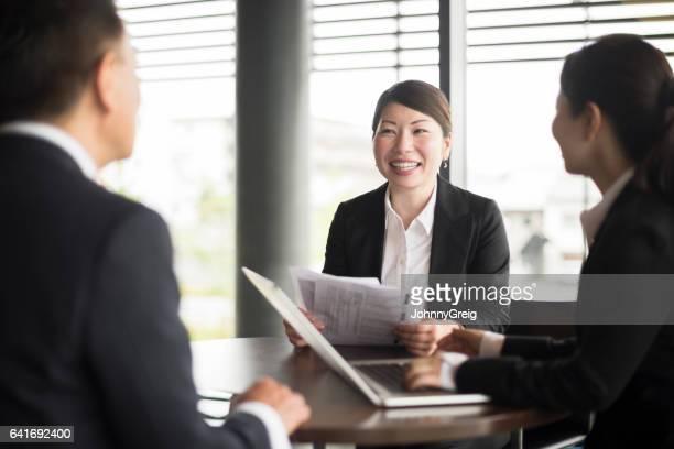 会議では、ノート パソコンを使用して同僚の日本人実業家の肖像画