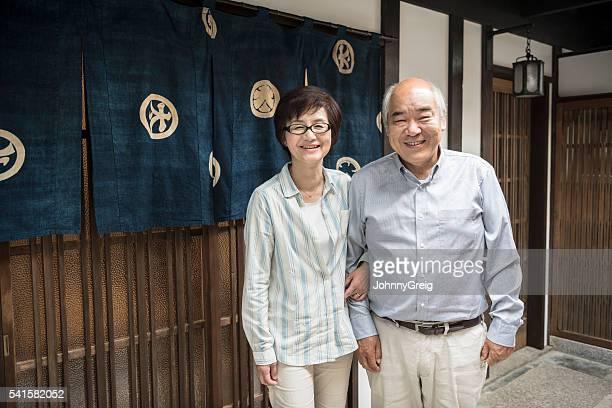 Porträt von Japanisches Paar Blick in Richtung der Kamera und lächelt